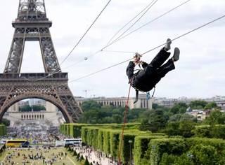 从埃菲尔铁塔飞下来是一种怎样的体验?第一次知道铁塔还能这么玩