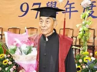 75岁独行欧洲,98岁成全球最老硕士,他可能是这世界上活的最赚的人
