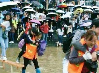 南方雨灾| 贵州保洁背学生过积水区