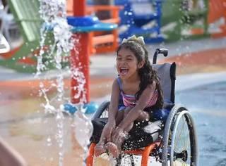 太暖心了!世界上第一个专为残疾人设计的水上乐园