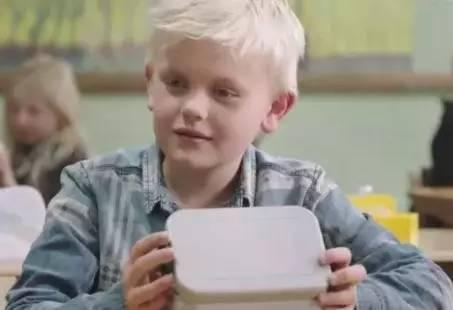 小男孩负担不起午饭,全班同学给了他最有尊严的援助