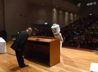 学生cos怪兽领毕业证?迷之画风让校长都笑喷了