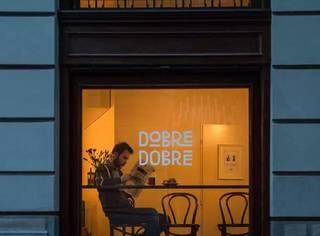 这家不起眼的咖啡馆,却常年为街头流浪者免费提供工作机会…