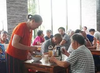 这家店每天爆满,经营2年提供了18万份免费午餐,却没收过客人一分钱。