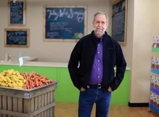 70岁大叔开超市,专卖过期食品,买的人却排起了长队….