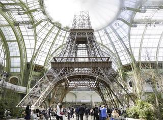 在Chanel搭建的第二座埃菲尔铁塔之下,体验最浪漫的夏日巴黎