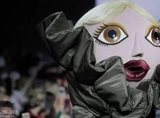 大头娃娃来走秀,果然时装周不作妖就不叫时装周了。。。