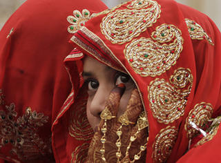 印度一女子因生女儿遭受毒打,重男轻女现象远比我们想象中可怕