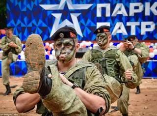 普京在俄罗斯建了个爱国主题公园;战斗民族在公园里表演脑门碎大石就问你服不服?!
