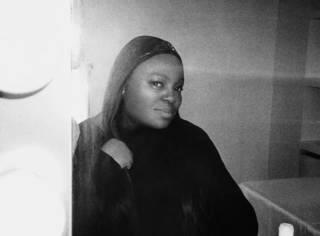 这个貌不惊人的黑人女性,却画出了时装界最绚烂的色彩。