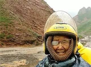 84岁太婆1辆摩托17天5000公里,一路奔向西藏