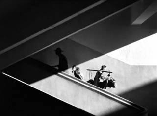 他被誉为光影摄影大师,照片能卖37万一张,如今遗作首次面世,带你重回五六十年代的香港