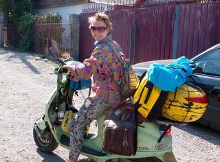 没钱也任性!英国姑娘骑着一辆破摩托周游世界!