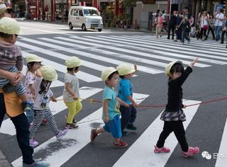 日本小学生VS中国老人过马路!太震撼了,竟是这样的表现……
