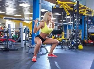 相扑深蹲:让女生翘臀不粗腿的深蹲方式!