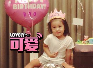 贾静雯家的咘咘2岁了,从大眼萌娃到咘姐姐,她萌翻了全中国!