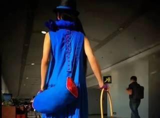 杨丽萍推着竹筐就去机场了,才知道她也是带货女王!