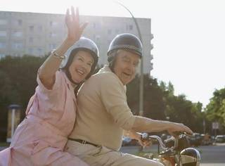93岁老人跑出养老院只为约会,很好,法国人的浪漫就是这样体现的