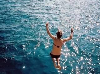 大冬天在地中海中心的私密海滩裸泳是一种怎样的体验?