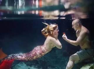 惊喜求婚顺带让女票圆梦人鱼公主,这样的男盆友我咋没碰到