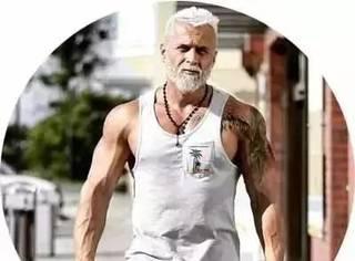 别人冻龄他'装老',35岁的他靠着一头白发吸粉无数