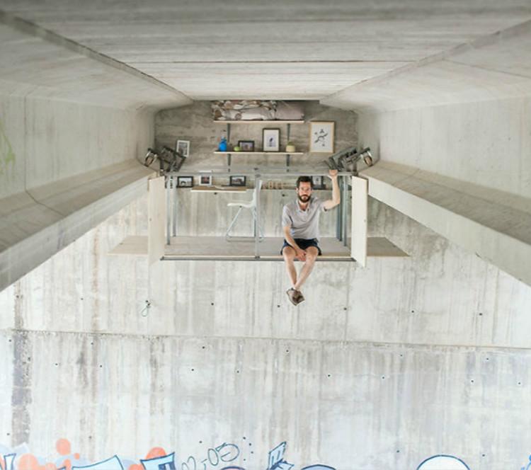 外国小哥在一座桥下自制了一个悬挂工作室,也是可以的