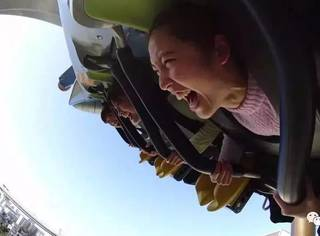 日本环球影城过山车突然停了,30名乘客倒挂空中!原因竟是……