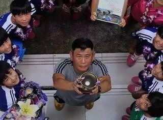 这群一边捡垃圾一边踢球的女孩,竟连续三年勇夺世界冠军!