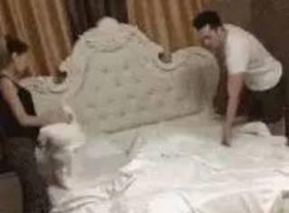 网友夫妻俩在铺被子,家里的猫想帮忙,但夫妻不让,于是...