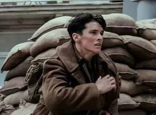 《敦刻尔克》:一部敌军缺失的战争片,诺兰拍出了天劫式的灾难片新意