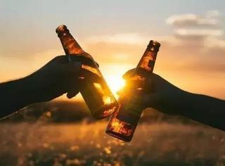 夏天都过完了,你还没学会怎么喝啤酒吗?