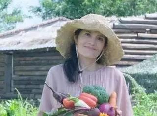 花15年尝遍几百种未烹饪食材,坚持全生素食的她,50岁了却依然像少女
