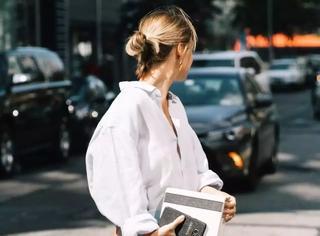 最新街拍告诉你,白色靴子和半身裙更配哦