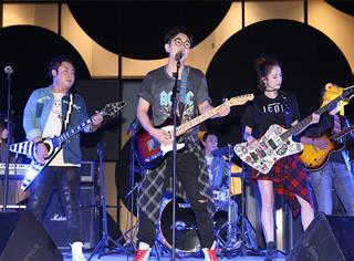 """在三里屯偶遇""""快闪""""音乐现场,大鹏和他的缝纫机乐队有点酷"""