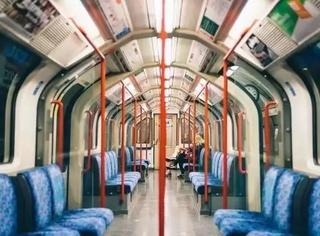 伦敦地铁站用几道绿漆拆穿了一票老司机的秘密,这背后的心塞你大概不会懂~