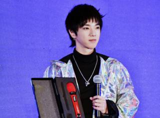 华晨宇演唱会即将开始 火星人专属话筒原来长这样?