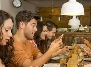 在这间法国餐厅吃饭看手机会被红牌罚下,可还是有大把人等着去被罚啊…