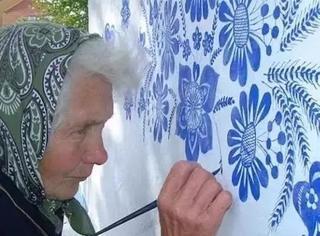 60岁才开始画画,90岁画满全村,她只靠一朵花,拯救了整个村庄,坚持30年只因为...