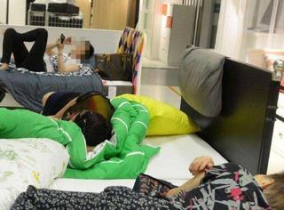大爷脱鞋在商场床上蹭睡不起,被叫醒后发生这样一幕……