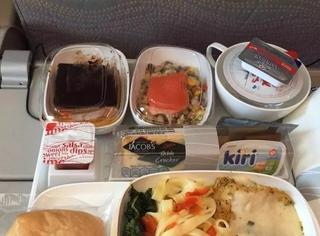 这十张飞机餐对比照,让你知道经济舱和头等舱的差距!