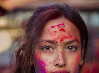 摄影师拍摄了60个国家美女和她们身后的故事