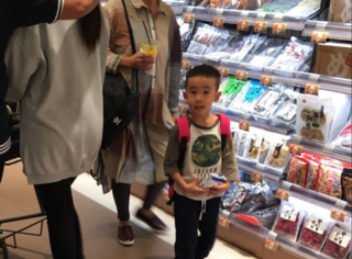 Jasper与妈妈外婆一起逛街,他又背着粉色书包了...