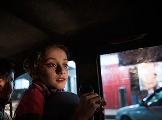 动荡和封锁中的少女,不自由,物质匮乏,依然极度爱美