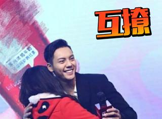 陈伟霆和粉丝拥抱后西装变白,他和女皇有1万种互撩的办法吧