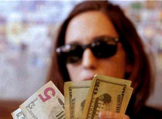 网友分享了20个省钱方法:等一天结束了再冲厕所。你认真的?