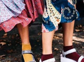 今年袜子流行这样穿,时髦死了!