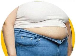 体重978斤女子无法出门,消防员凿墙开洞才弄出来!