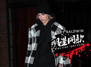 Hailey夜间出街,一身格纹大衣配高跟帅气不失女人味~