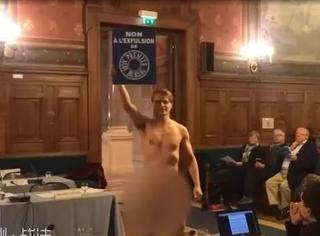 不脱不是法国人!又一个小哥裸着到巴黎区政府里抗议了