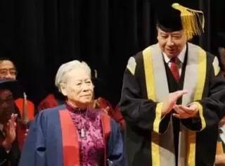 做了44年保洁员,一生只会5个字,她却成为香港大学院士